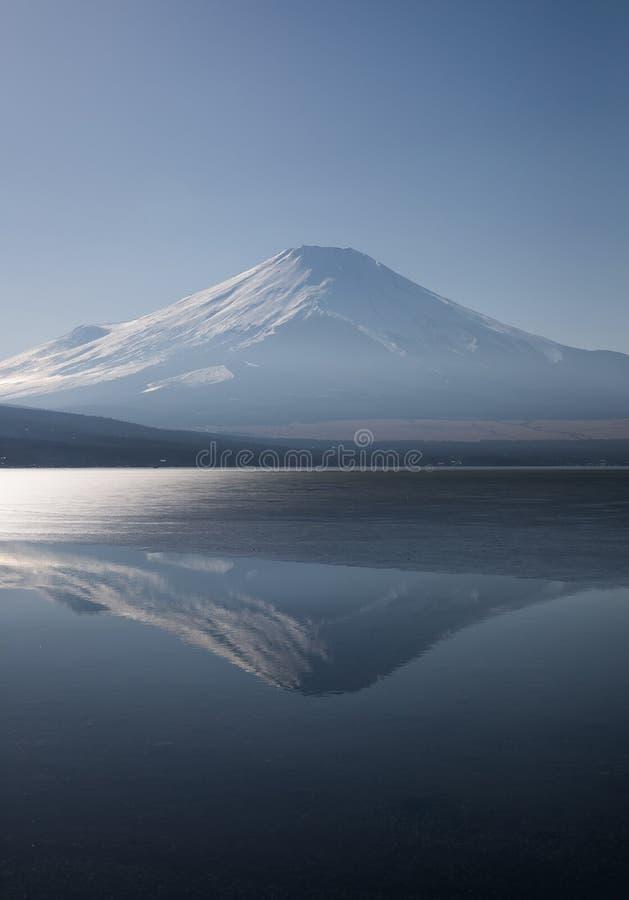 Het meer van het Yamanakaijs en zet Fuji op stock foto