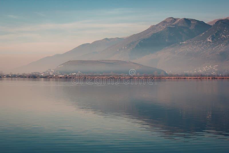 Het meer van Ioannina in Epirus-Gebied, Griekenland Artistiek panorama stock foto
