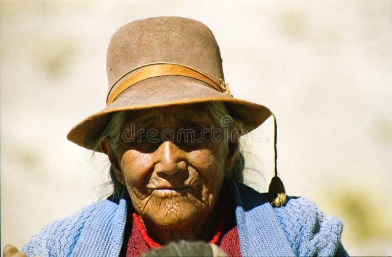 HET MEER VAN ISLA TAQUILE TITICACA, PERU - JUIN 10 2002: Portret van oude gerimpelde vrouw met bruine huid en traditionele hoed stock foto's