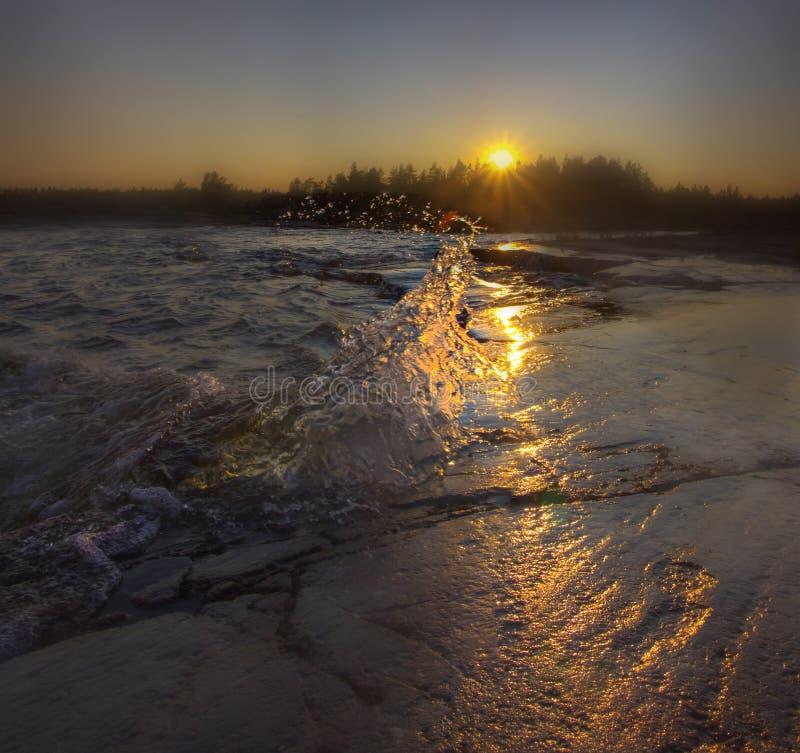 Het meer van Ladoga bij zonsondergang stock afbeelding