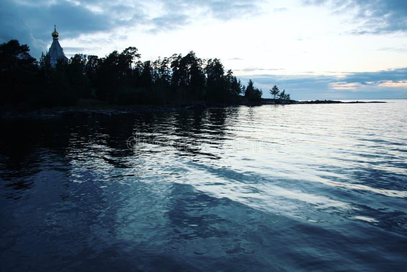 Het Meer van Ladoga Recente avond De kerk van Sinterklaas ` s royalty-vrije stock afbeeldingen