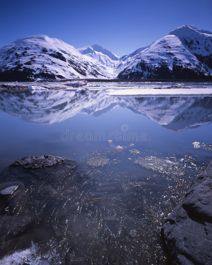 Het Meer van Portage, Alaska, in de vroege zomer royalty-vrije stock afbeeldingen