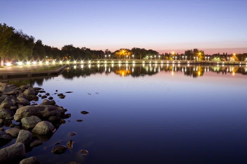 Het meer van Wascana bij nacht stock afbeelding