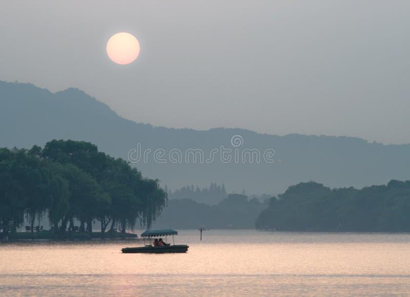 Het Meer van Xihu bij zonsondergang, Hangzhou, China stock afbeeldingen
