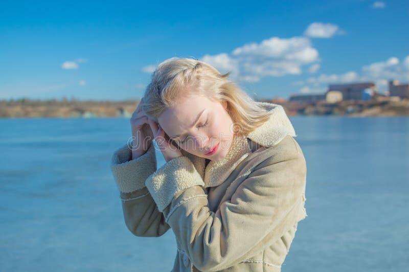 Het meer vlechtte mooi meisje op een Zonnige dag stock foto