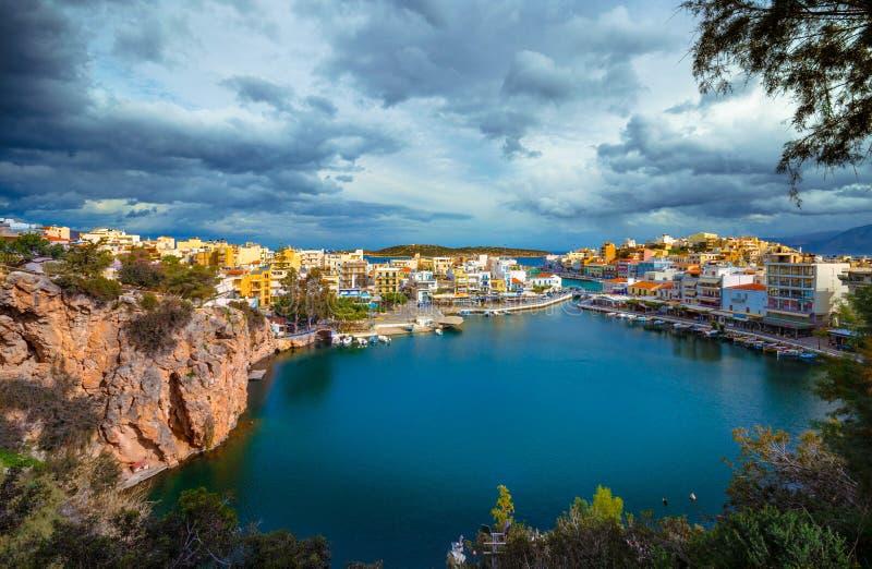 Het meer Voulismeni in Agios Nikolaos, Kreta, Griekenland royalty-vrije stock foto