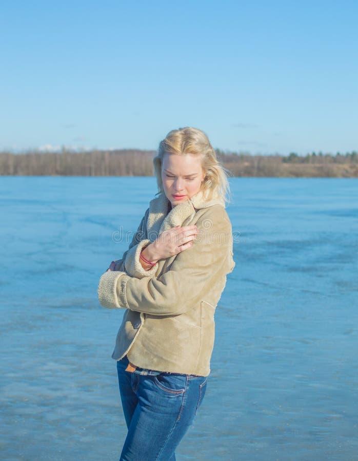 Het meer wordt gesloten van de wind door een mooi meisje stock fotografie