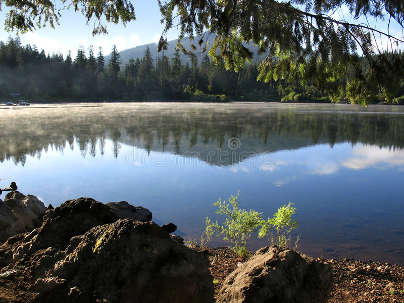Het meerbezinning van de berg stock fotografie