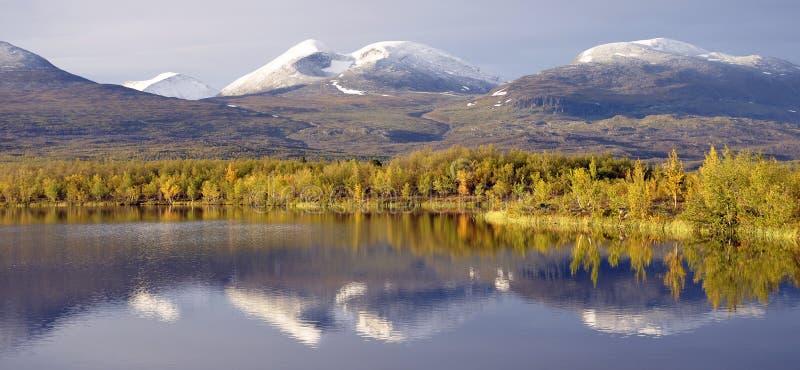 Het meerlandschap van de herfst royalty-vrije stock afbeelding