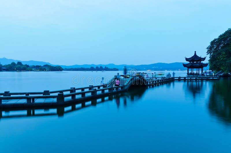 Het meerlandschap van het Hangzhouwesten in de avond stock fotografie