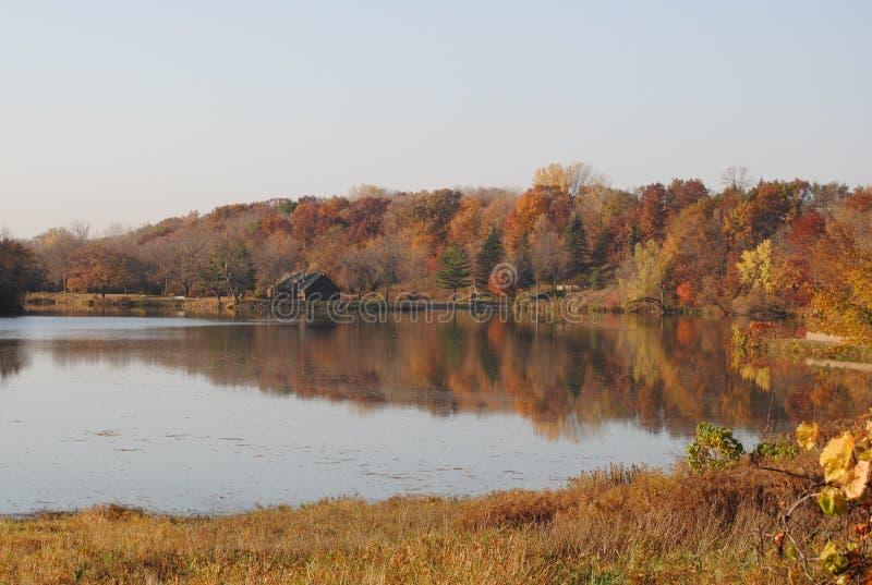 Het meermening van de herfst Zonnige dag stock foto's
