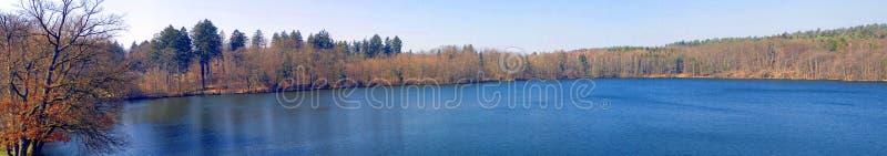 Het meerpanorama van de herfst stock afbeelding