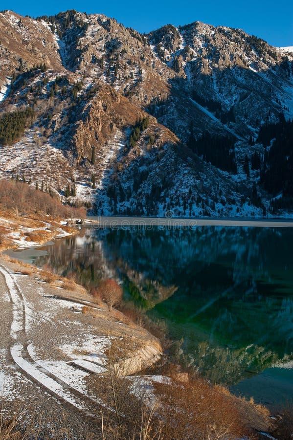 Het meerscène van de winter met mooie bezinning royalty-vrije stock fotografie