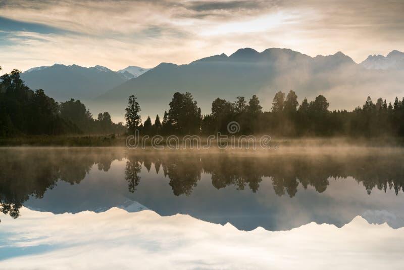 Het meerspiegel van het Mathesonwater met berg royalty-vrije stock foto