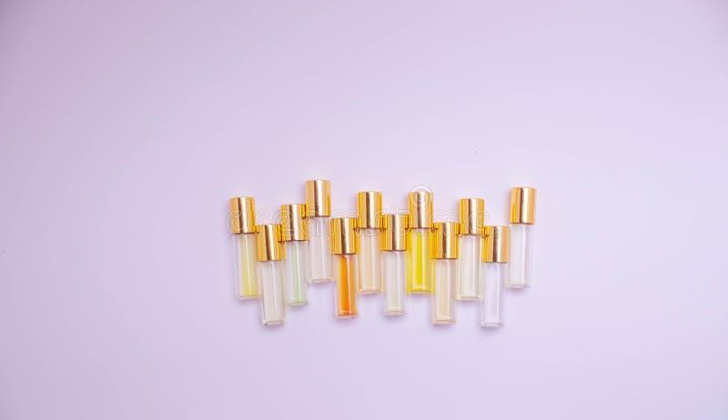 Het meetapparaatflesjes van het parfumglas van verschillende soorten op lichte achtergrond Parfummeetapparaten voor geurerkenning stock afbeeldingen