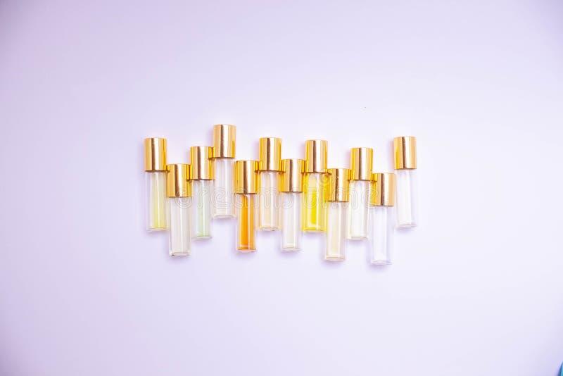 Het meetapparaatflesjes van het parfumglas van verschillende soorten op lichte achtergrond Parfumsteekproef royalty-vrije stock foto