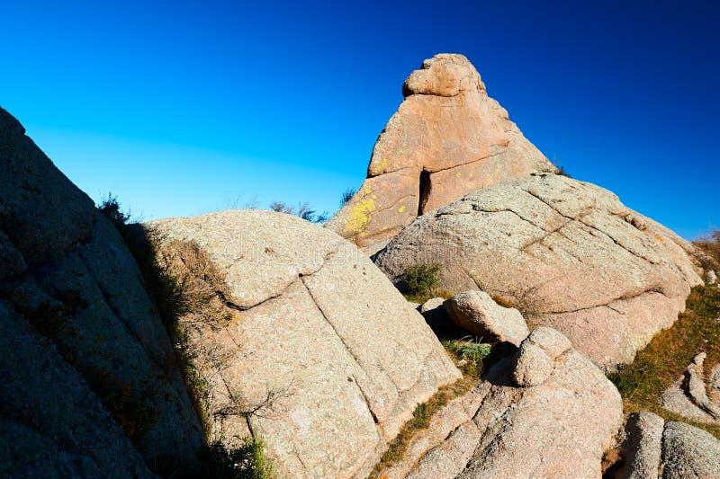 Het megaliet op de bergen royalty-vrije stock fotografie