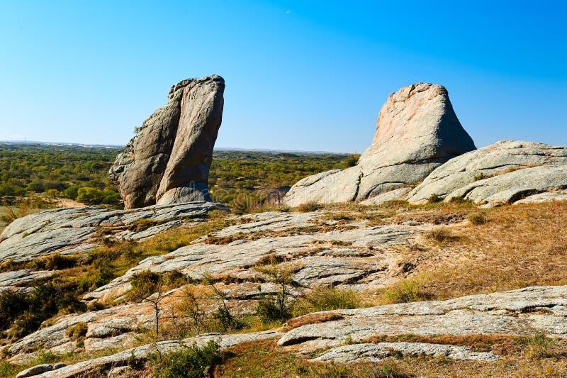 Het megaliet op de bergenbovenkant stock afbeeldingen