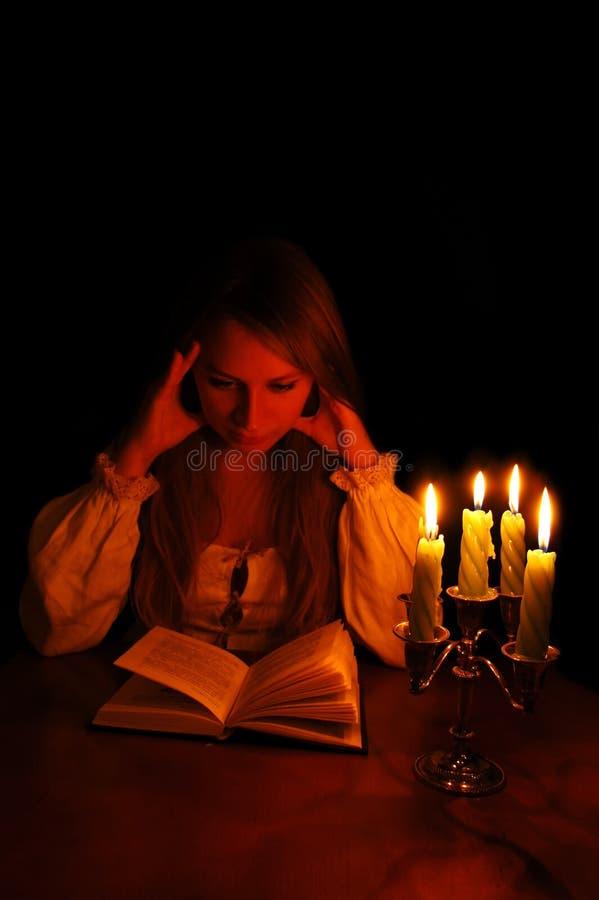 Het meisje achter lezing royalty-vrije stock afbeelding