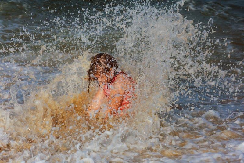 Het meisje baadt in golven royalty-vrije stock foto's