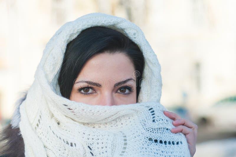 Het meisje behandelt haar gezicht met een zakdoek Mooi vrouwelijk model in traditioneel bruids kostuum Moslimhuwelijk royalty-vrije stock fotografie