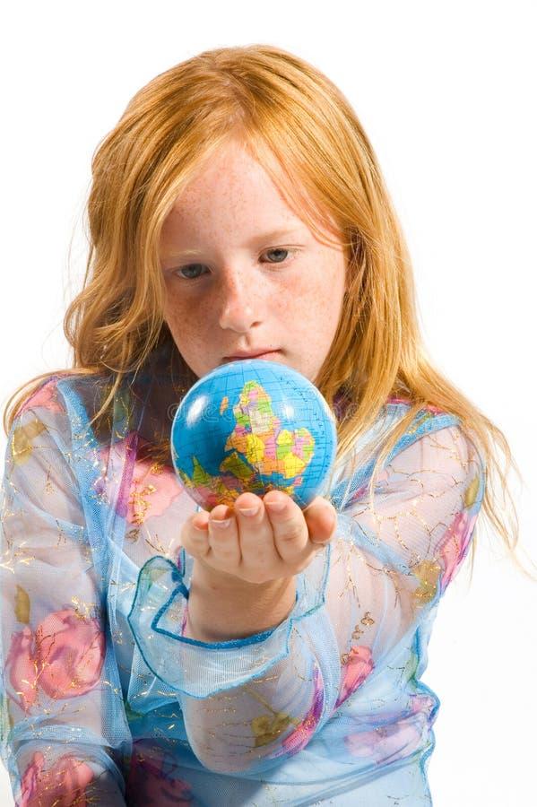 Het meisje bekijkt de wereldbovenkant - neer royalty-vrije stock foto's