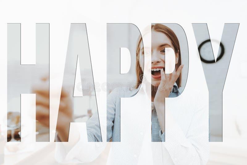 Het meisje bekijkt een zwangerschapstest stock afbeeldingen