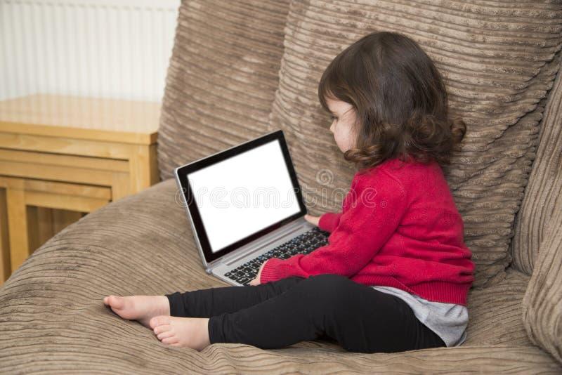Het meisje bekijkt het computerscherm royalty-vrije stock fotografie