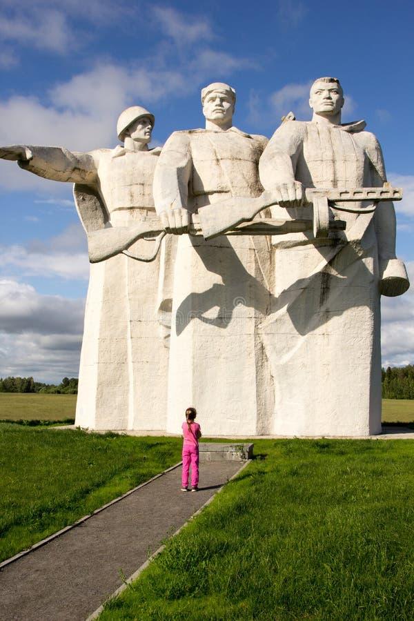 Het meisje bekijkt het monument aan 28 Panfilovtsi stock afbeelding