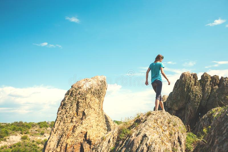 Het meisje beklimt de berg royalty-vrije stock afbeelding