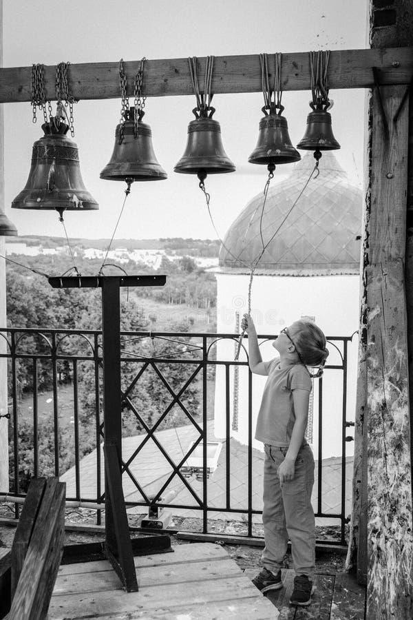 Het meisje belt klokketoren van de oude Russische Orthodoxe Kerk royalty-vrije stock foto's