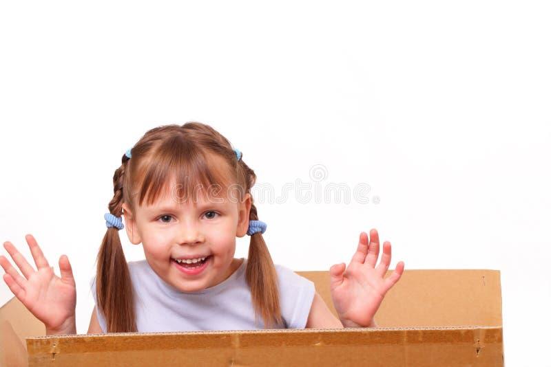 Het meisje is bereid om zich in een nieuw huis te bewegen stock afbeeldingen