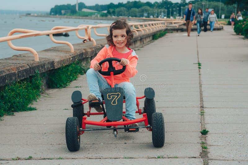 Het meisje berijdt bij pedaal het karting stock fotografie