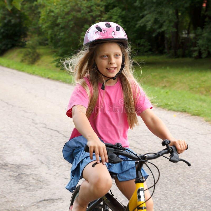 Het meisje berijdt een fiets royalty-vrije stock foto's