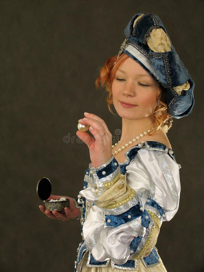 Het meisje bewondert de parel royalty-vrije stock fotografie