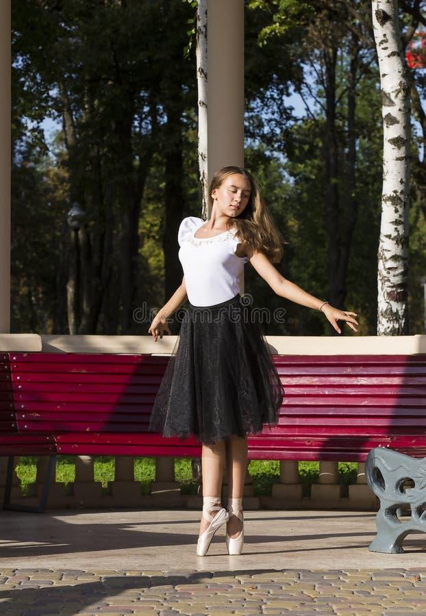 Het meisje is bezig geweest met een ballet stock fotografie