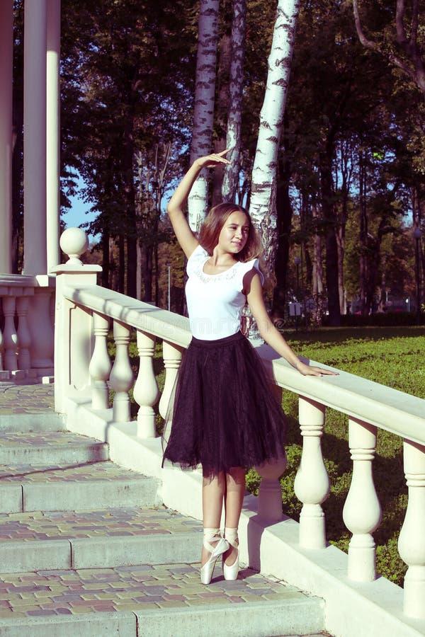 Het meisje is bezig geweest met een ballet stock foto's