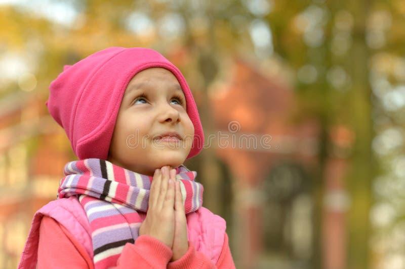 Het meisje bidt stock fotografie