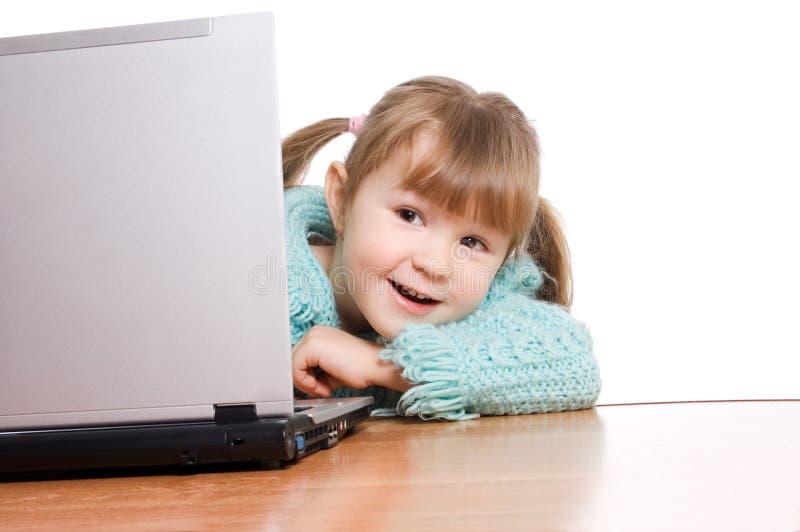 Het meisje bij de computer royalty-vrije stock afbeeldingen