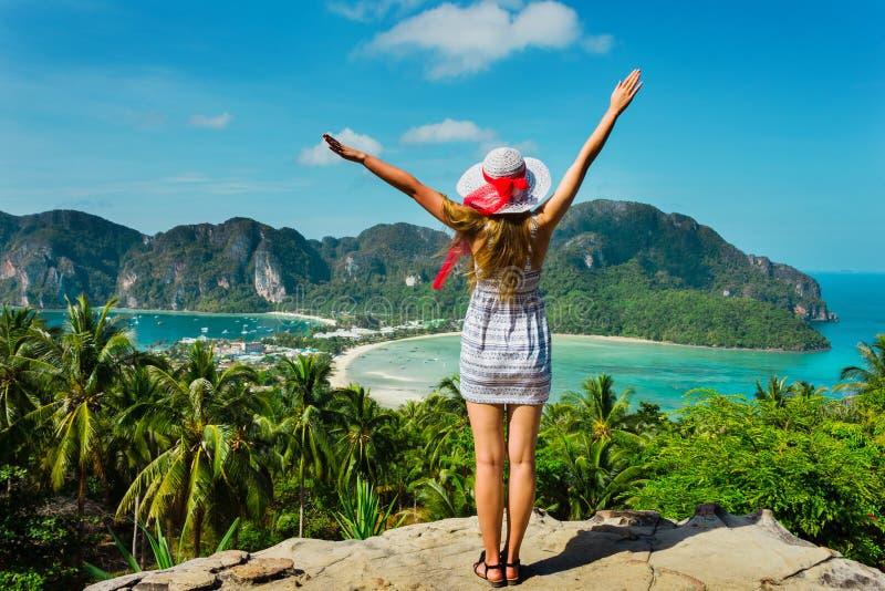 Het meisje bij de toevlucht in een kleding op de achtergrond van de baaien stock foto's
