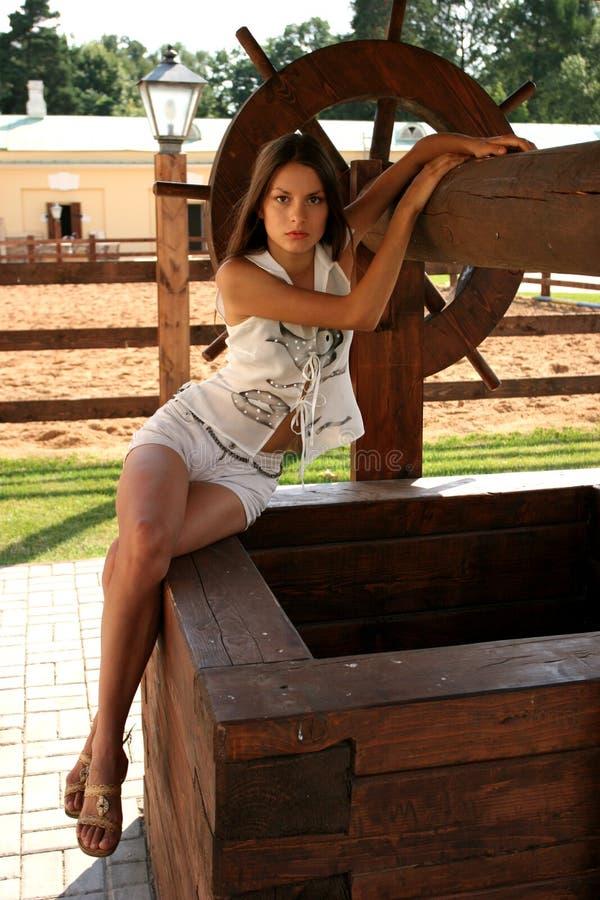 Het meisje bij een bron van water royalty-vrije stock afbeelding