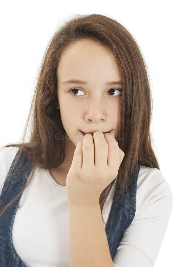 Het meisje bijt zijn spijkers op de ervaringen van vrees stock foto's