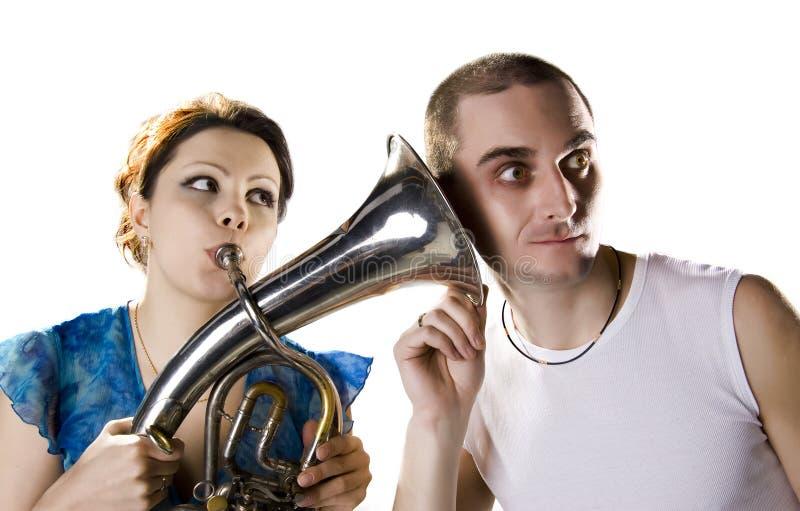 Het meisje blaast de trompet royalty-vrije stock foto
