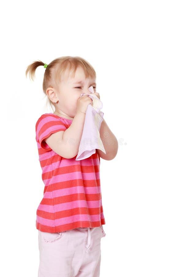 Het meisje blaast haar neus royalty-vrije stock foto's