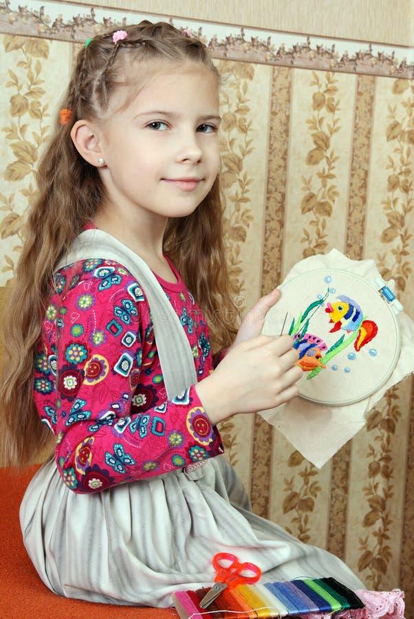 Het meisje borduurt Cijfer stock foto