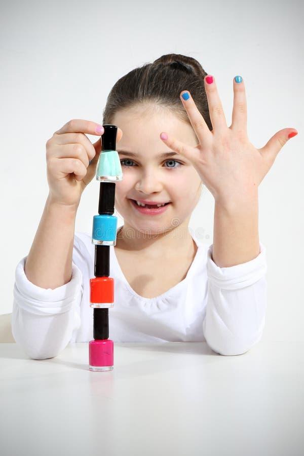 Het meisje bouwt piramide het gebruiken royalty-vrije stock afbeeldingen