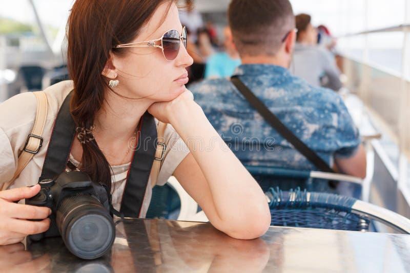Het meisje het brunette fotografeert de camera royalty-vrije stock foto
