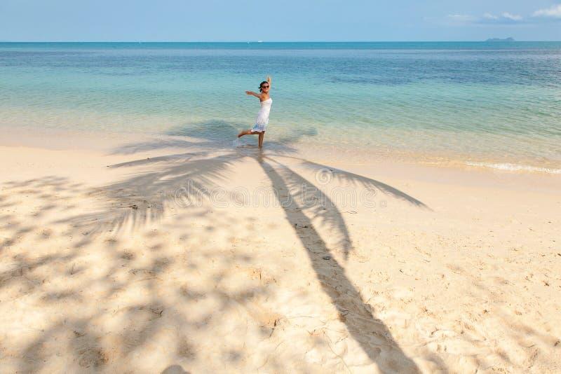 Het meisje danst in de schaduw van palmen stock fotografie