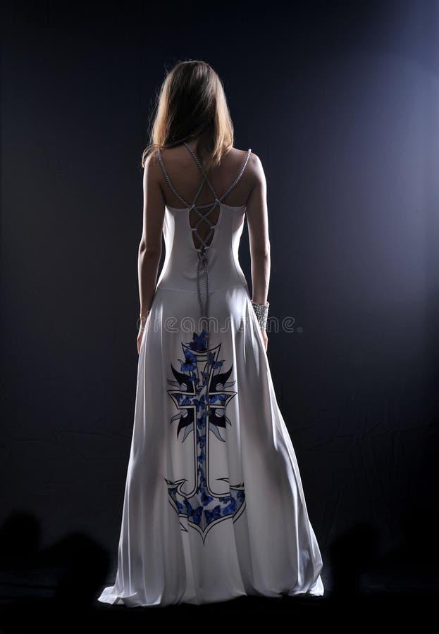 Het meisje in dark stock afbeeldingen