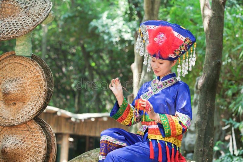 Het meisje dat kleding Zhuang draagt doet Hydrangea hortensia royalty-vrije stock foto's